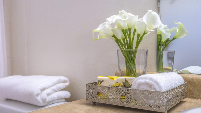 Bloemen in toiletruimte