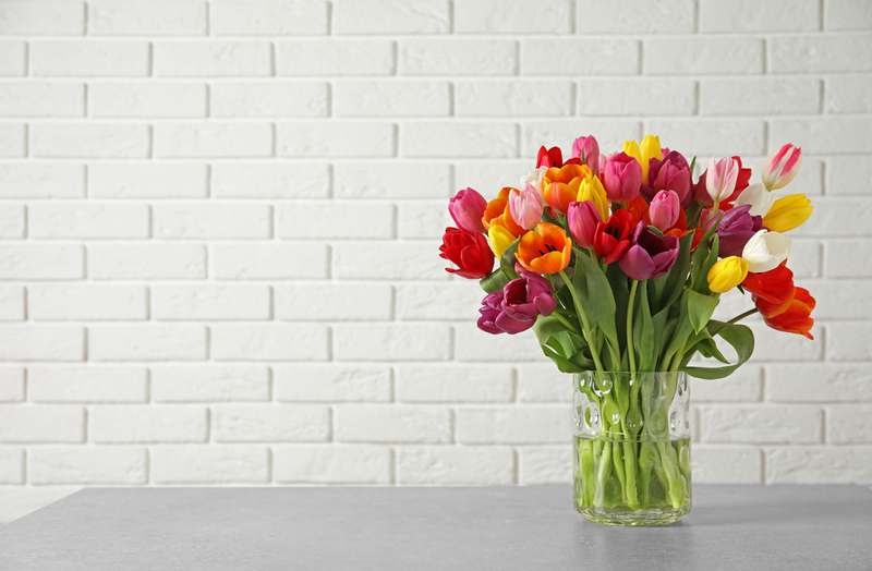 Bloemen op de eettafel