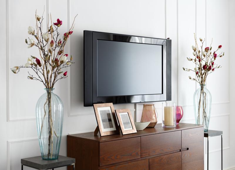 bloemen op het tv-meubel