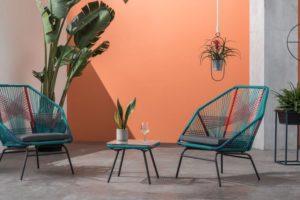 kleurrijke draadstoelen voor buiten